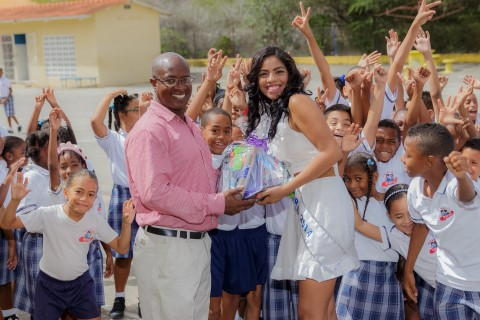 Een schooltas van Miss Curaçao