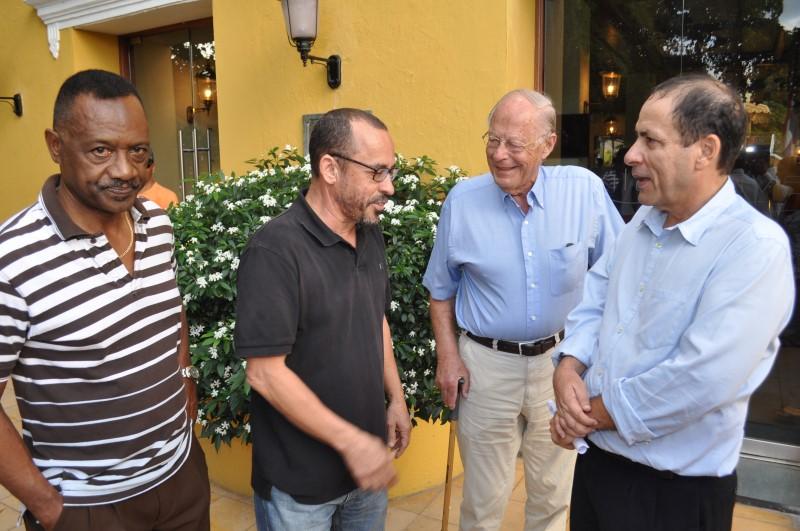 Het KFO bestuur bestaande uit advocaten Anthony Eustatius (links), Eldon 'Peppie Sulvaran (2e links) en Chester Peteron (rechts)